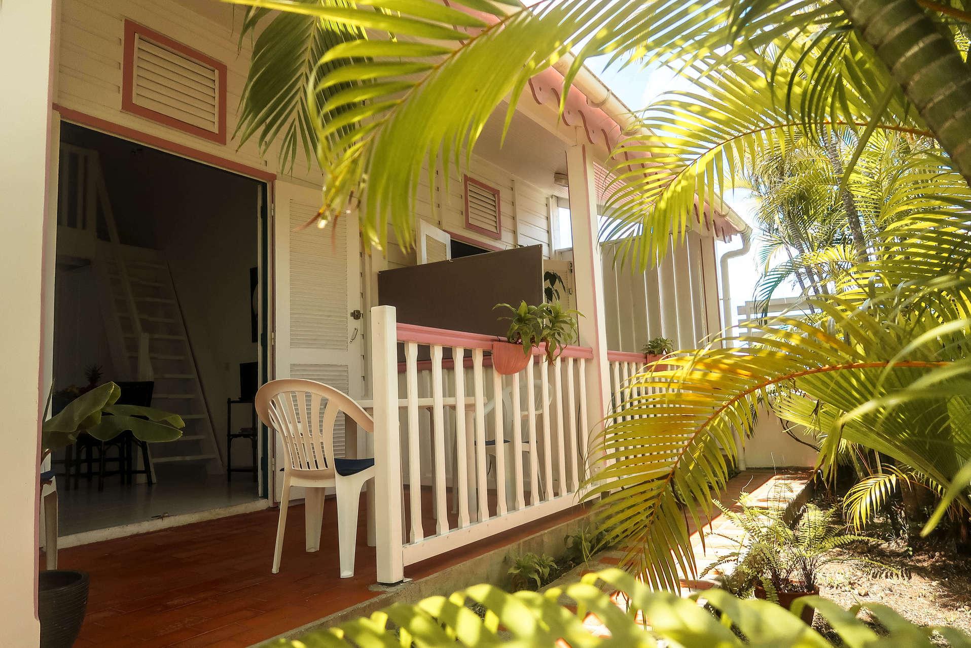 habitation-abricot-location-saisonniere-studio-terrasse-jardin-vegetation
