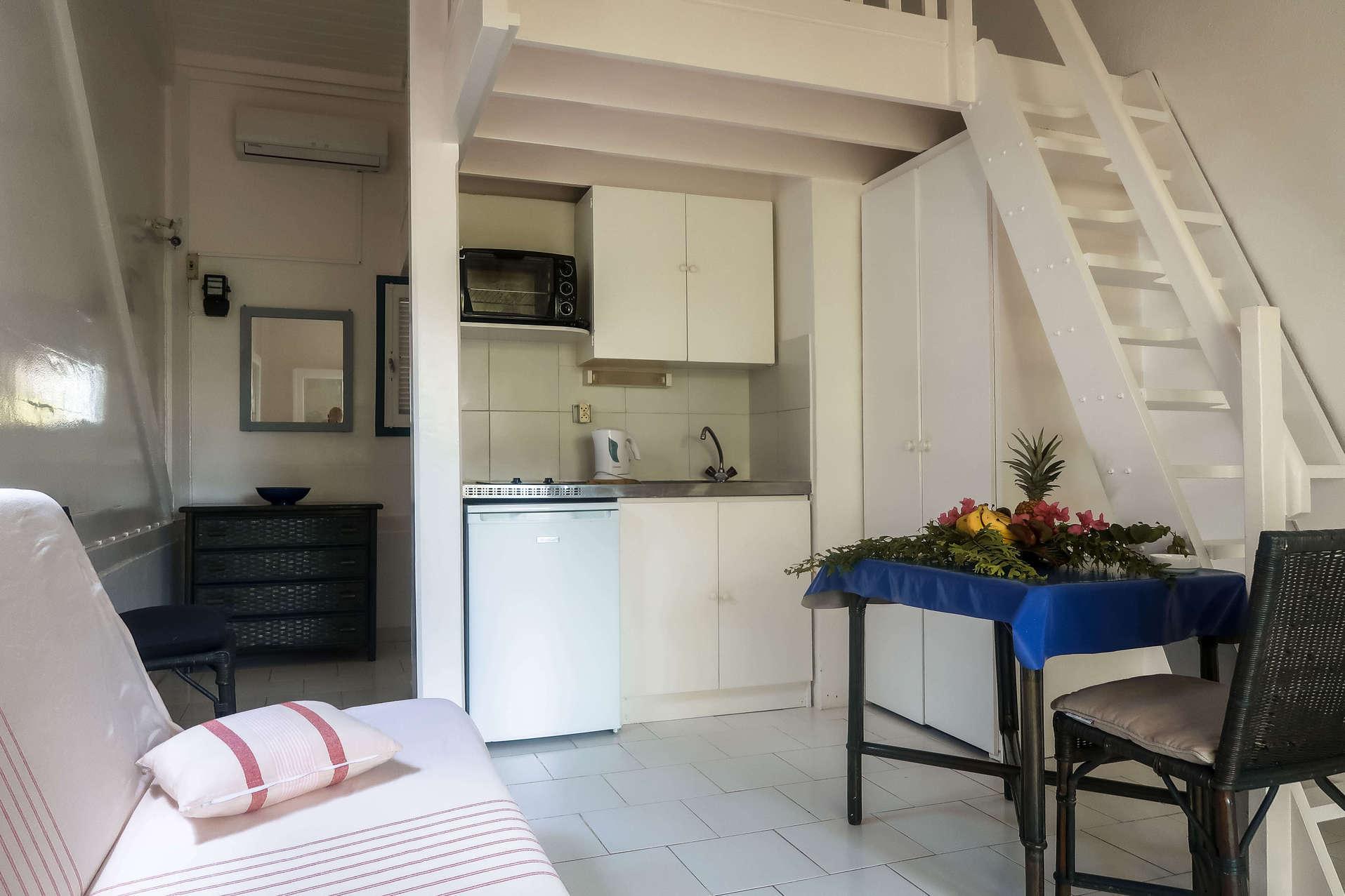 habitation-abricot-location-saisonniere-studio-vue-interieure-salon-cuisine