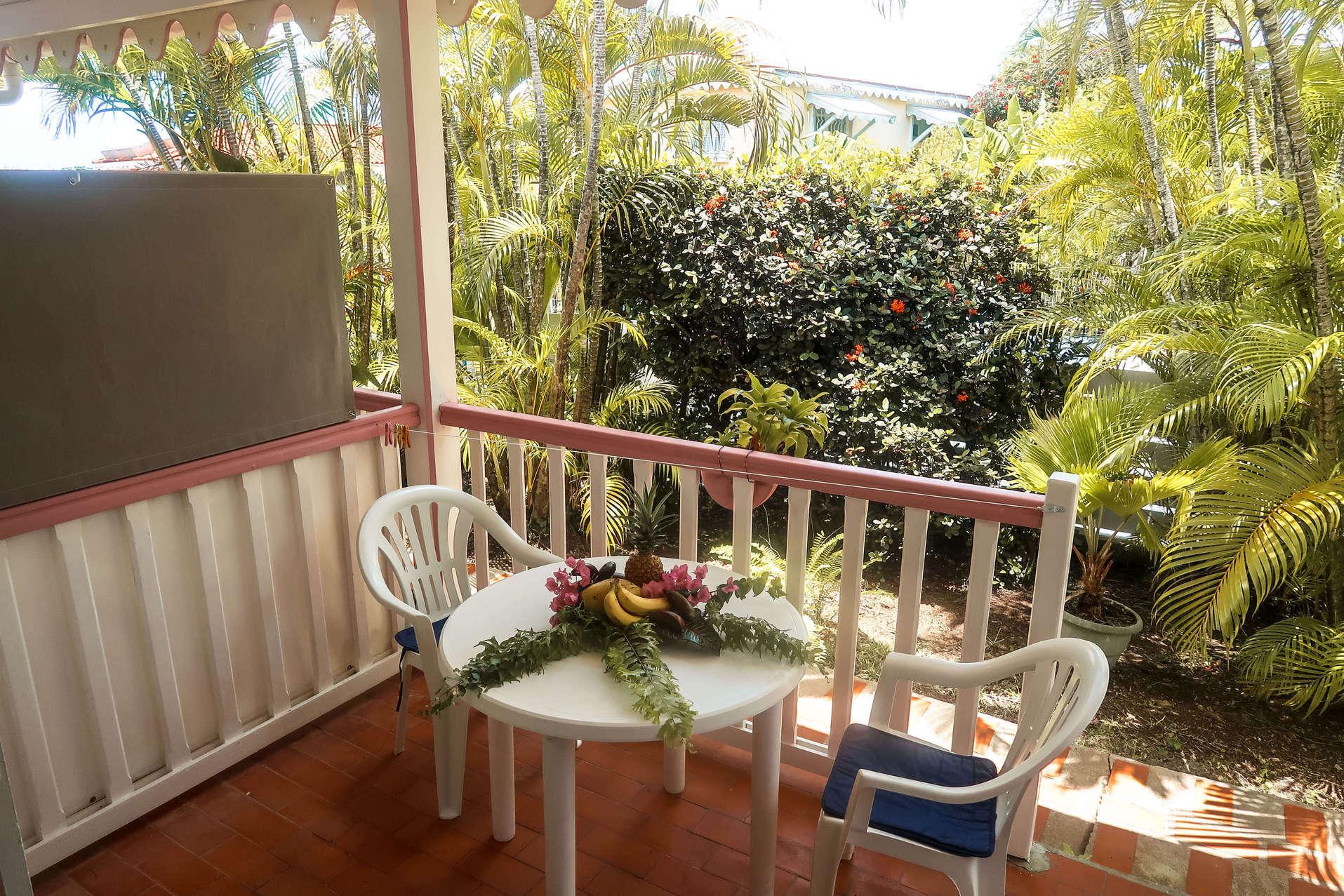 habitation-abricot-location-saisonniere-studio-vue-terrasse-jardin